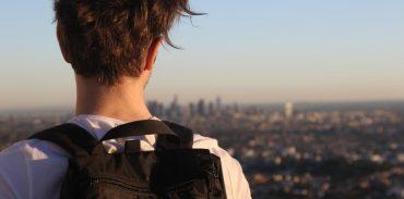 Chico mirando al horizonte